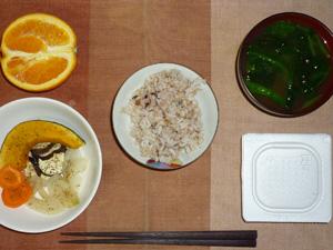 胚芽押麦入り五穀米,納豆,焼き野菜(カボチャ,茄子,ニンジン,玉葱),ほうれん草のおみそ汁,オレンジ