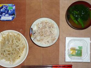 胚芽押麦入り五穀米,納豆,蒸しもやし,ほうれん草のおみそ汁,ヨーグルト