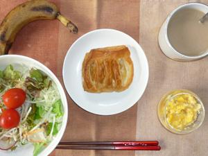 アップルパイ,サラダ,ひき肉入りスクランブルエッグ,おさかなソーセージ,バナナ,コーヒー