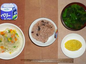 赤飯,玉葱とミックスベジタブルのソテー,プチオムレツ,ほうれん草のおみそ汁,ヨーグルト