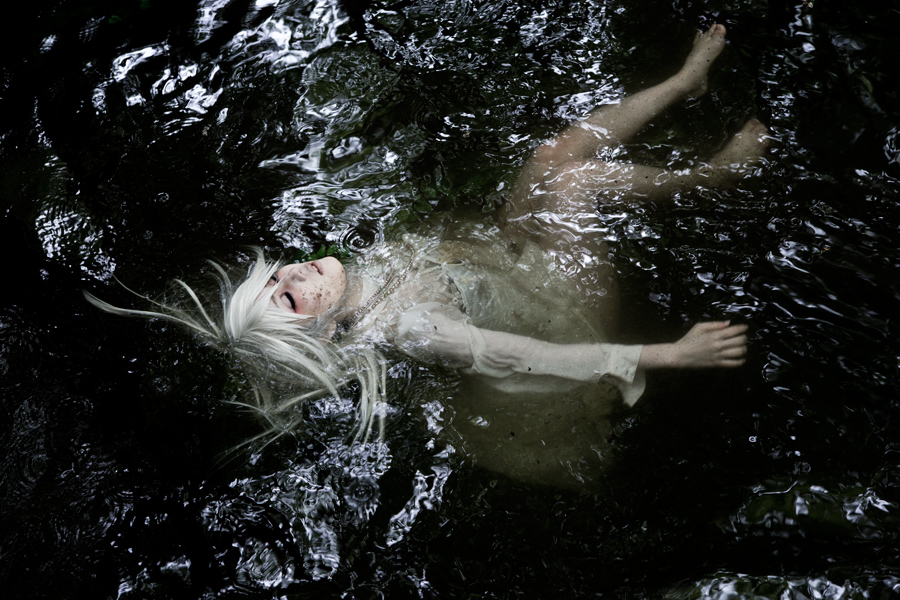 commit suicide by jumping into the water_01