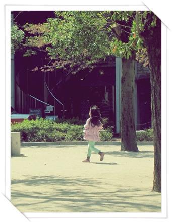 2013.4yun京都の公園でハトを追いかける