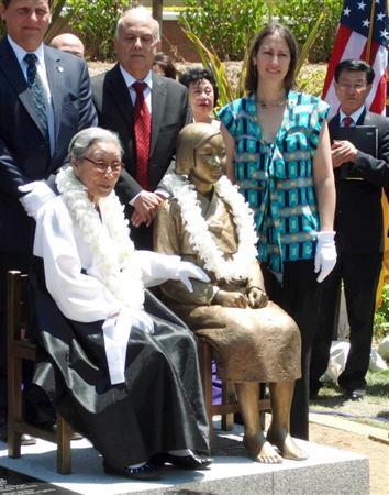 米グレンデール市に設置された慰安婦の像前で記念撮影する人々。2013年7月30日に米カリフォルニア州グレンデール市に朝鮮人売春婦像(従軍慰安婦を象徴する少女像)が設置された時の式典