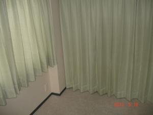 東リ ファブリックフロア スマイルフィール スクエア2400FF2401パール色とカーテン