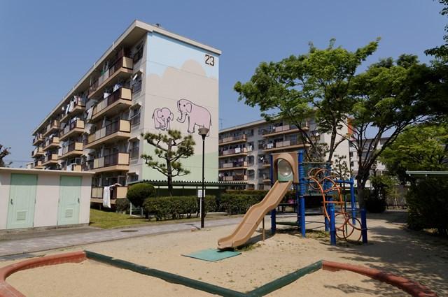 公団星の原団地のゾウの親子住棟壁画