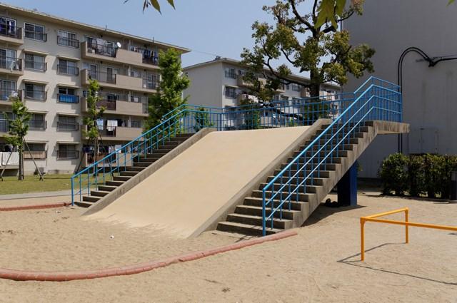 公団星の原団地の大型滑り台