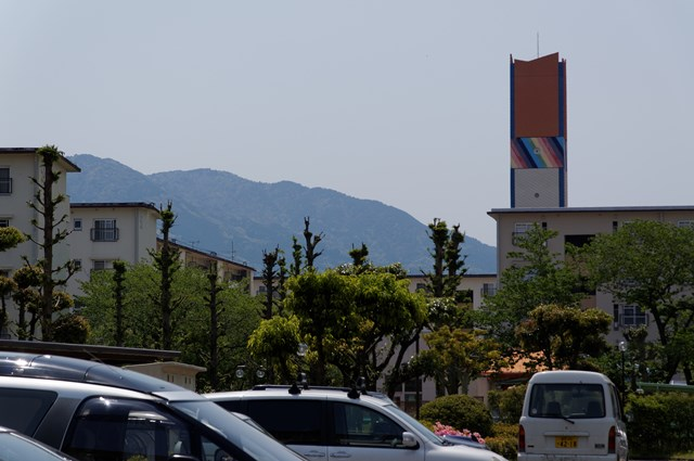 公団星の原団地の給水塔と山並み