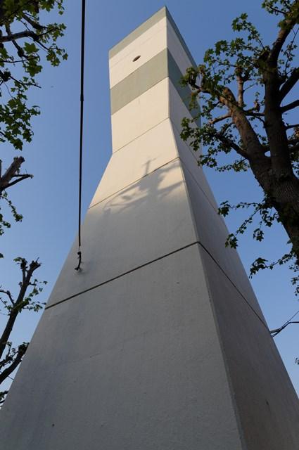 下から見上げた福岡市公社野間台住宅の給水塔