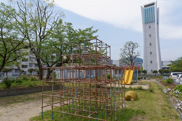 福岡市営壱岐団地の遊具と給水塔