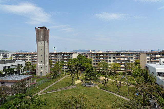上から見た福岡県営壱岐団地の公園と給水塔