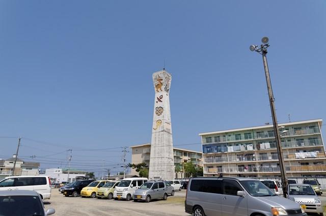 愛媛県営中須賀団地の給水塔と駐車場