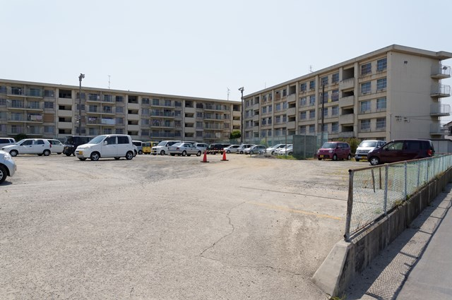 愛媛県営中須賀団地の駐車場と住棟