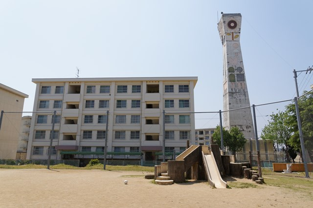 愛媛県営中須賀団地の給水塔北面と住棟