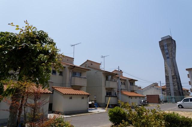 松前町営江川団地の住棟と給水塔