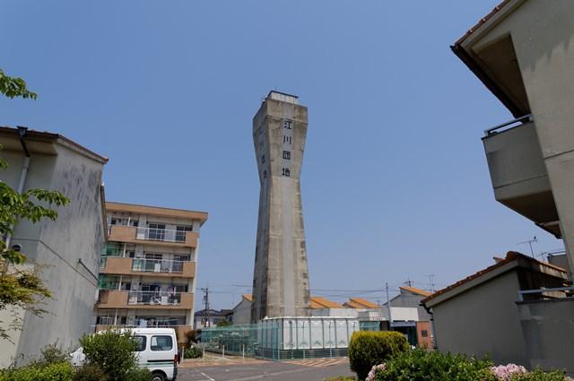 松前町営江川団地給水塔と住棟