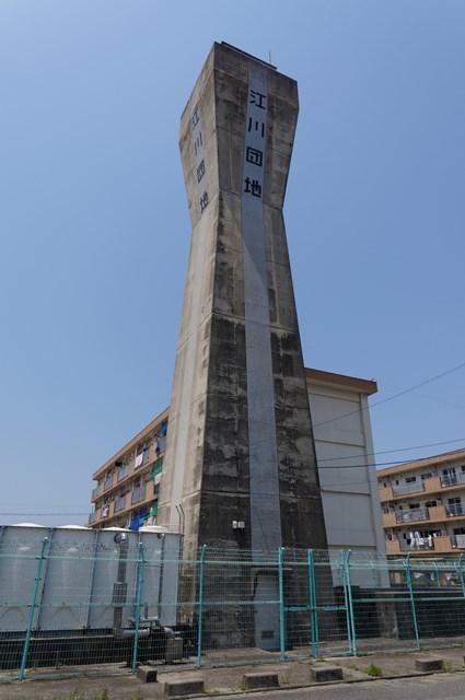 下から見た松前町営江川団地給水塔