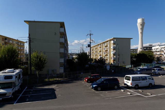 駐車場と大阪府公社星田団地の給水塔