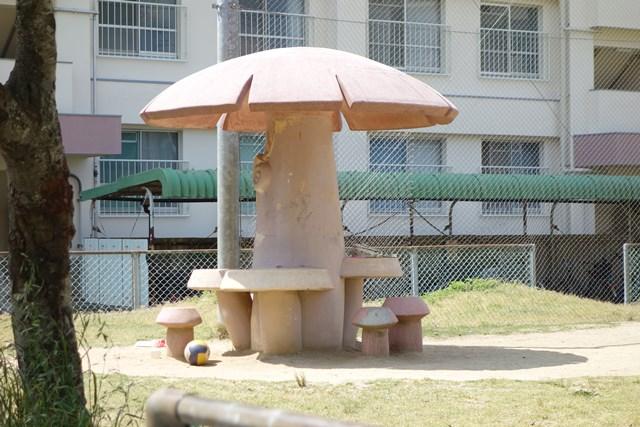 愛媛県営中須賀団地のキノコ型ベンチ