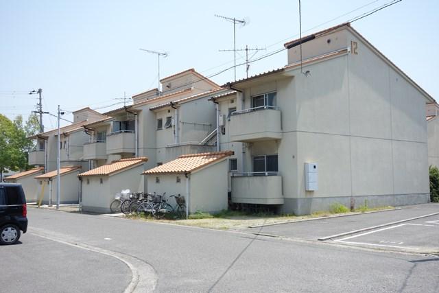北側から見た松前町営江川団地の住棟
