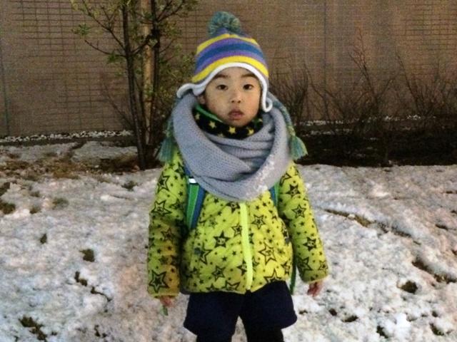 雪の中で遊ぶ陸ちゃん