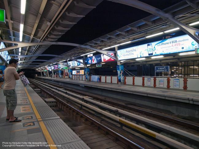 ラーチャテーウィー駅のプラットホーム