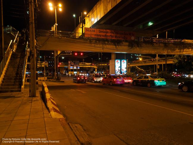MRTクイーン・シリキット・ナショナル・コンベンション・センター駅(Queen Sirikit National Convention Center Sta.)の近くの交差点