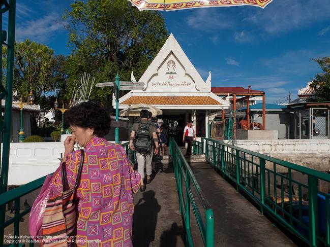 ワット・アルン(Wat Arun)側に上陸