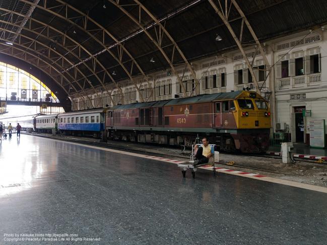 タイ国鉄フワランポーン駅に停車中の列車(GEA型ディーゼル機関車)