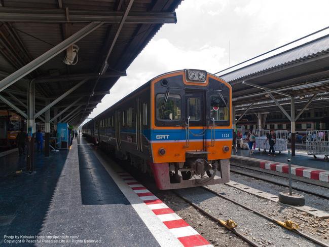 フワラポーン駅と列車、THN系気動車 1124