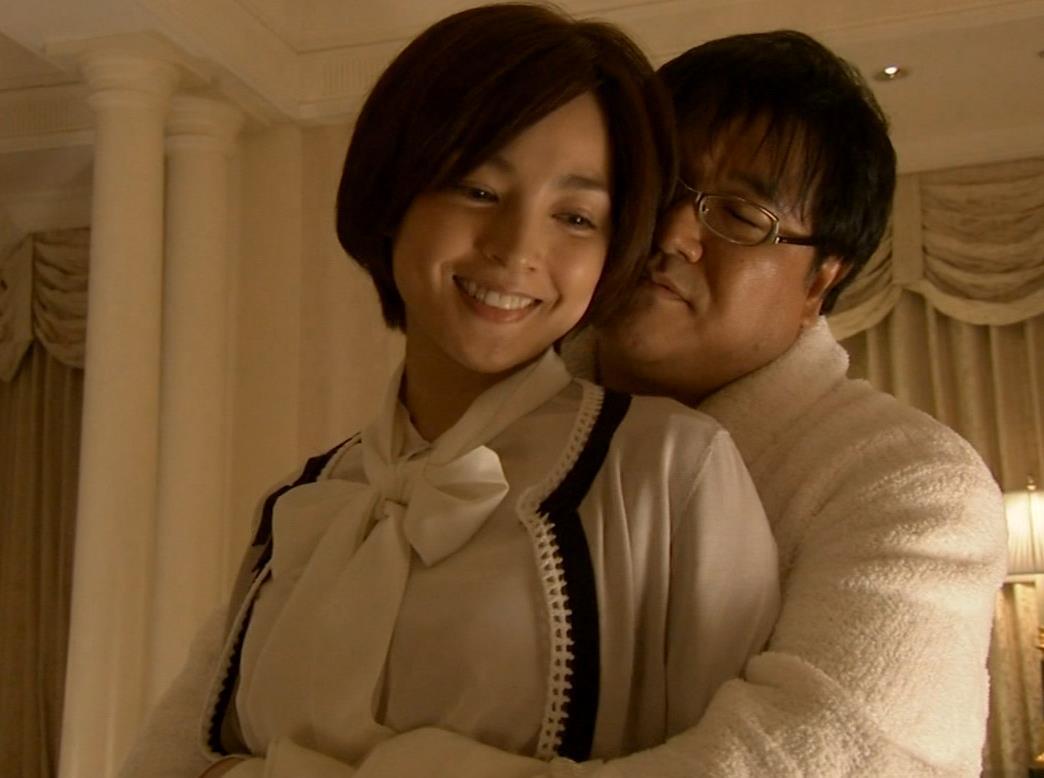 国仲涼子 カンニング竹山に抱きつかれるキャプ画像(エロ・アイコラ画像)