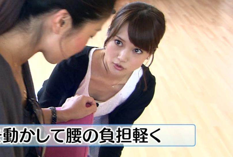 大澤亜季子 前かがみ胸ちら (ワールドビジネスサテライト 20130726)キャプ画像(エロ・アイコラ画像)