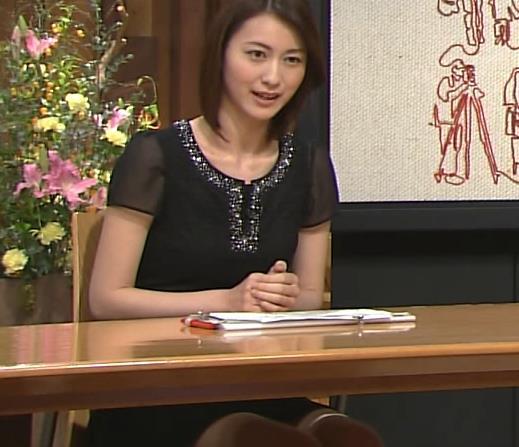 小川彩佳 机の下のミニスカート(報道ステーション 20130727)画像