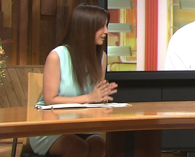 宇賀なつみ 机の下のミニスカのデルタゾーンキャプ画像(エロ・アイコラ画像)