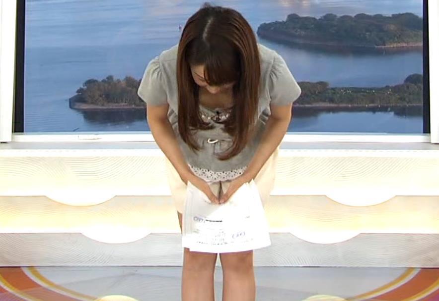 長野美郷 前かがみ胸ちらとミニスカート