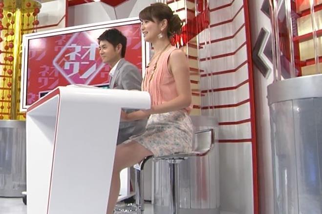 秋元玲奈 ミニスカ太ももを横から&デルタゾーンキャプ画像(エロ・アイコラ画像)