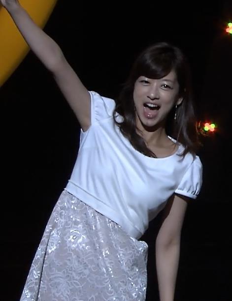 生野陽子 胸のふくらみ 白いワンピースキャプ画像(エロ・アイコラ画像)
