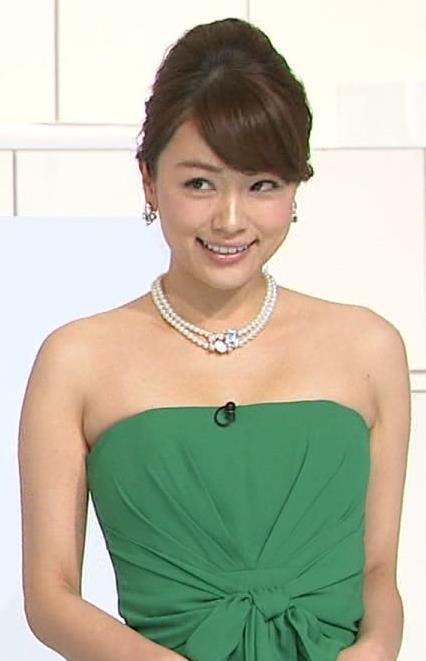 本田朋子 綺麗な肌が露出したチューブトップのドレスキャプ画像(エロ・アイコラ画像)